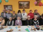 foto: Członkowie Klubu Miłośników Tradycji Wiejskiej z Lutomi z mieszkańcami DPS w Bielawie