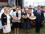 foto: Pani Wójt Gminy Świdnica Teresa Mazurek, Pani Minister Anna Zalewska, Starostowie Dozynek
