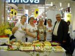 foto: Panie z KGW w Bojanicach prezentują swoje stoisko z tradycyjnymi produktami wielkanocnymi