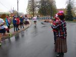 foto: Kibice oraz zawodnicy na trasie półmaratonu